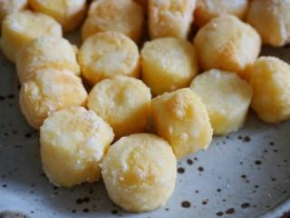 脆皮日本豆腐,炸至金黄色捞出