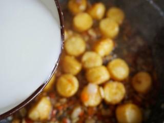 脆皮日本豆腐,把之前裹豆腐没用完的淀粉,加一些水,淋入锅中  要根据情况勾芡,不能倒太多