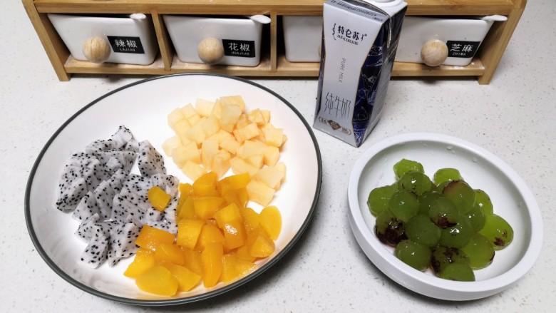 双拼色果冻,按照自己喜好将水果处理好。
