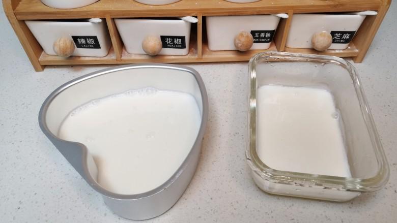 双拼色果冻,将冒泡的牛奶倒入模具中,因为准备做双层的,建议牛奶不要超过模具的一半。