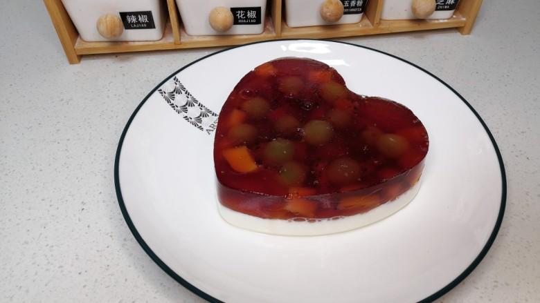 双拼色果冻,从模具里倒出来的双拼色果冻。