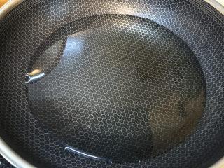 云吞面,锅洗干净,再放上适量清水煮开
