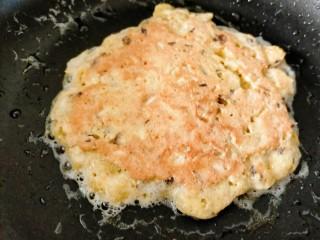 香菇鸡蛋饼,一面煎至金黄翻面开始煎另一面