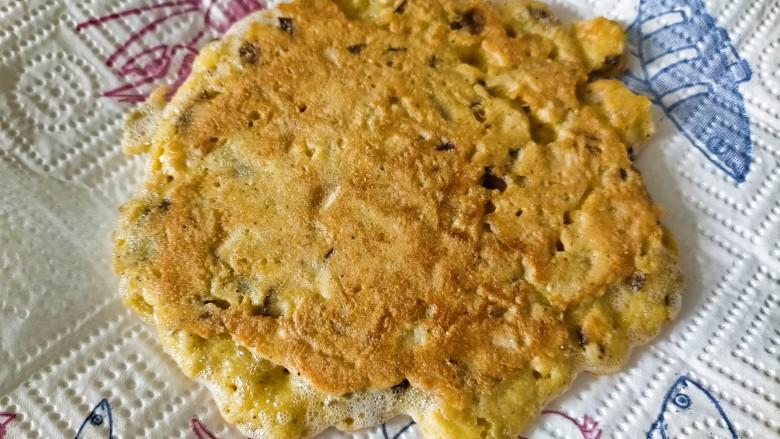 香菇鸡蛋饼,两面金黄即可出锅食用啦 我这次做油放多了,所以煎好放到吸油纸上