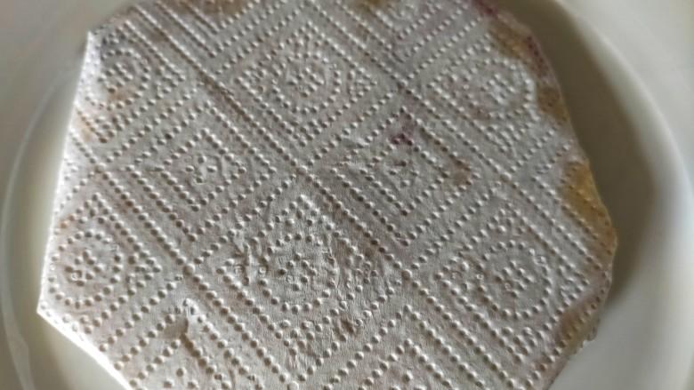 香菇鸡蛋饼,包裹吸去表面的浮油
