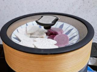 芋泥芝士三明治,首先制作芋泥:将芋头和紫薯去皮切成薄片,放入蒸锅蒸熟