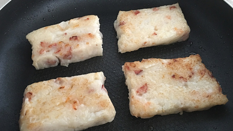 广式萝卜糕,切厚片放点油煎两面金黄即食。