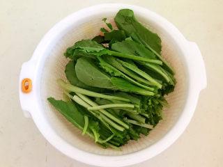 白菜炖豆腐,把小白菜清洗干净,沥干水份,切成2段