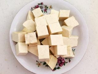 白菜炖豆腐,把北豆腐切成小块