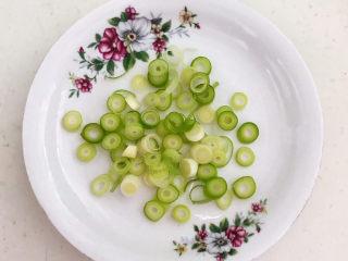 白菜炖豆腐,把小葱切成葱花