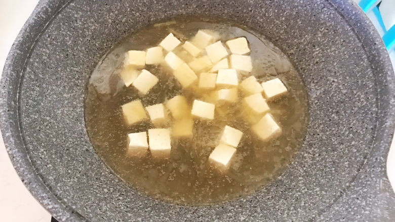 白菜炖豆腐,加入开水,大火烧开后煮5分钟