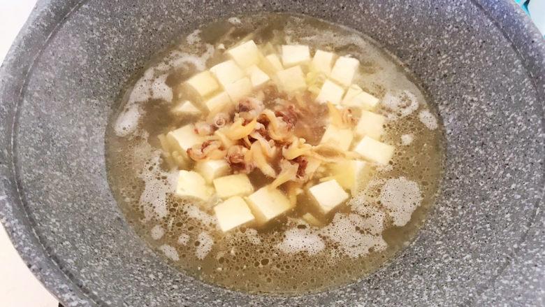 白菜炖豆腐,加入蚬子肉,烧5分钟