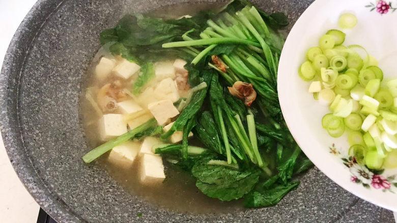 白菜炖豆腐,加入葱花
