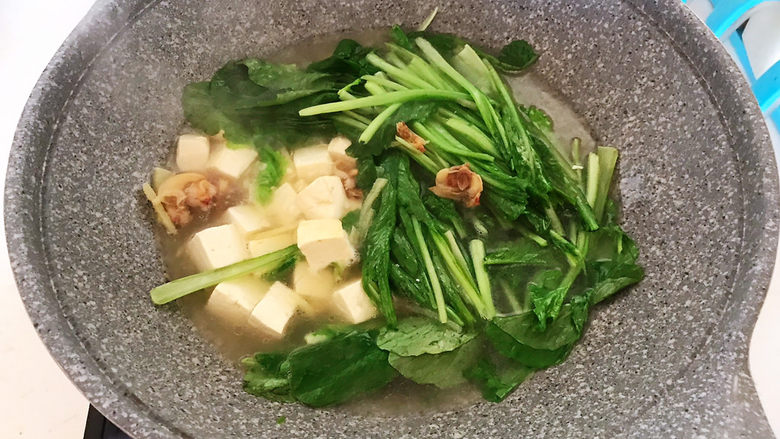 白菜炖豆腐,加入小白菜,烧开即可