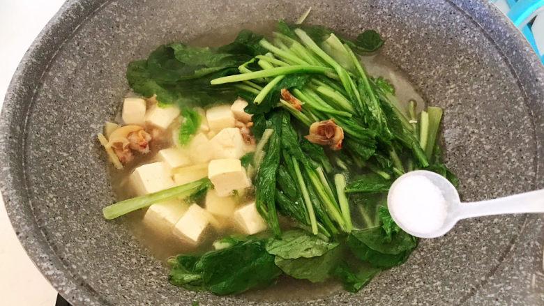 白菜炖豆腐,加入精盐调匀