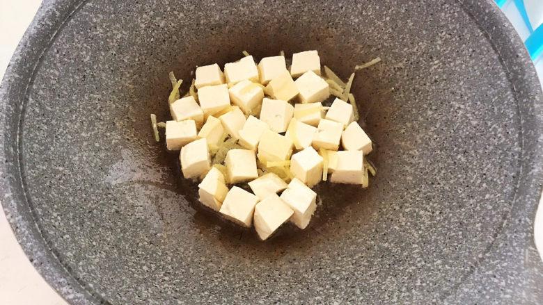 白菜炖豆腐,加入豆腐,翻炒1分钟