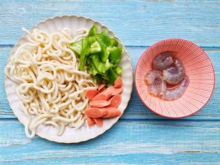 黑椒虾仁炒乌冬面,青椒火腿切块。虾仁去壳去虾线,加一小勺料酒,生抽,淀粉搅拌均匀腌制5分钟。