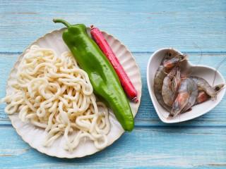 黑椒虾仁炒乌冬面,准备好所有食材。