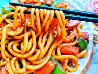 黑椒虾仁炒乌冬面,每次记得多炒一点呀,不然真的吃完一盘还不过瘾!