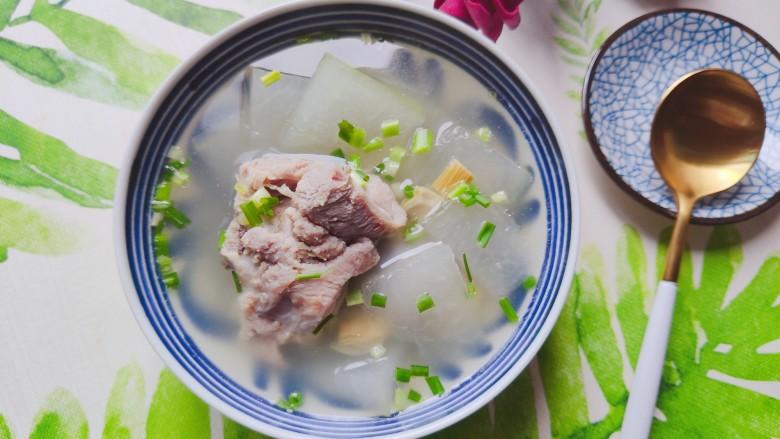 排骨冬瓜汤,装碗