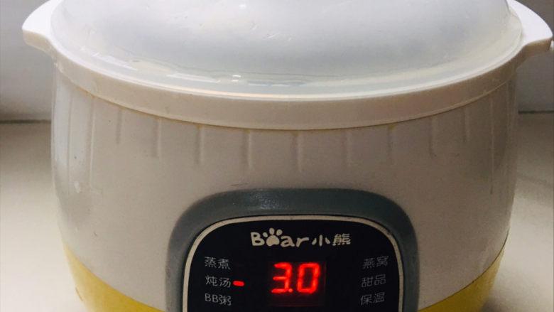 排骨冬瓜汤,盖上盖子,用小炖锅,炖三个小时左右~(炖的时候不要加盐,调料,炖好了再加,这样味道更鲜)