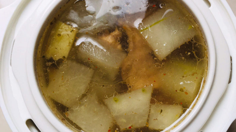 排骨冬瓜汤,用汤勺搅拌均匀~