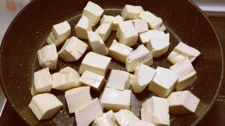 白菜炖豆腐,起油锅放入一汤匙食用油  油热后放入豆腐块