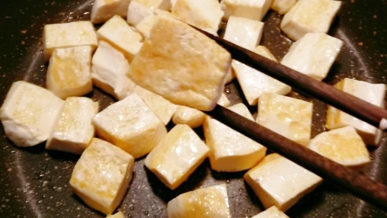 白菜炖豆腐,煎至两面微微金黄色 出锅备用