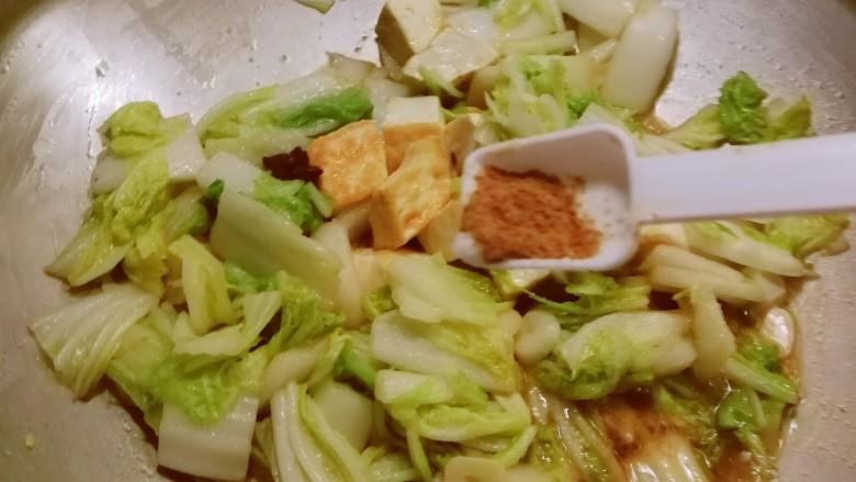 白菜炖豆腐,放入十三香粉 加盖子炖