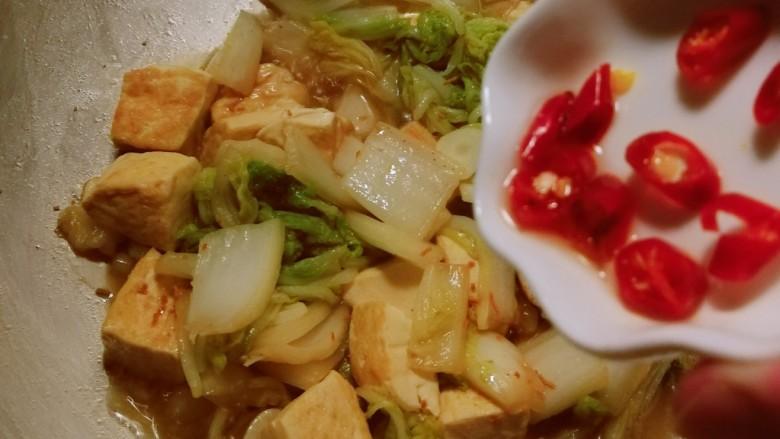 白菜炖豆腐,放入红尖椒 关火