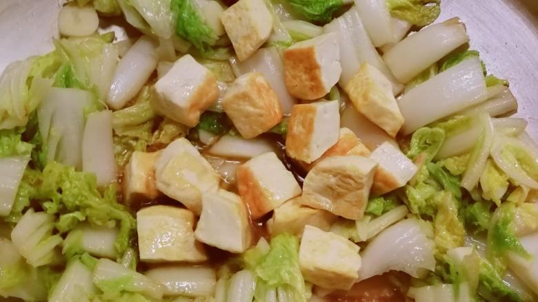 白菜炖豆腐,放入煎好的豆腐