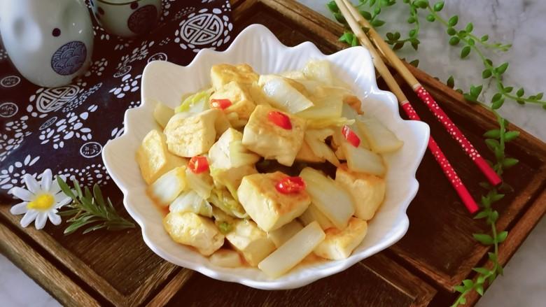 白菜炖豆腐,出锅装盘