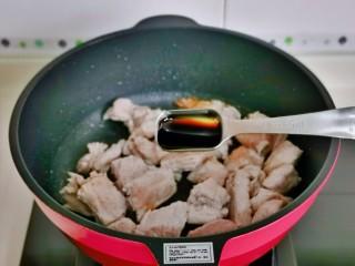 排骨焖面,加入红烧酱油。