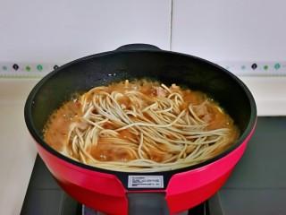 排骨焖面,把面条加入锅中,用筷子拌均匀,盖上盖子把面焖熟。