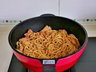 排骨焖面,最后把盛出来的一碗汤淋在上面,大火收汁即可关火。(无需收干)