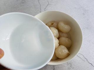 荔枝罐头,加入凉白开水或是矿泉水