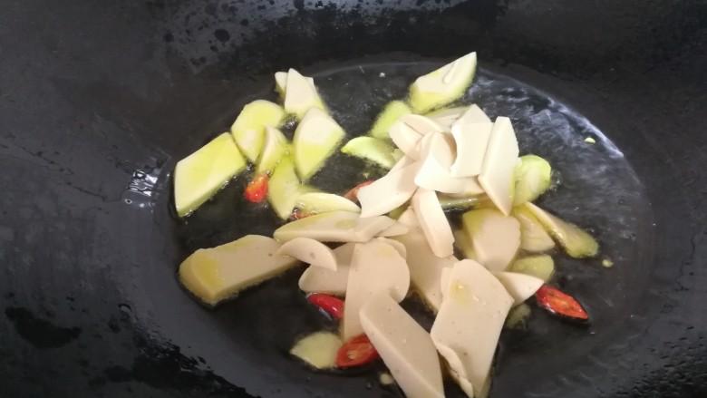 减脂系#香菇荷兰豆鸡肉肠#,煮鸡肉肠片儿炒香。