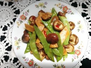 减脂系#香菇荷兰豆鸡肉肠#,盛出装盘,喜欢的亲们快做起来吧,越吃越瘦哦!