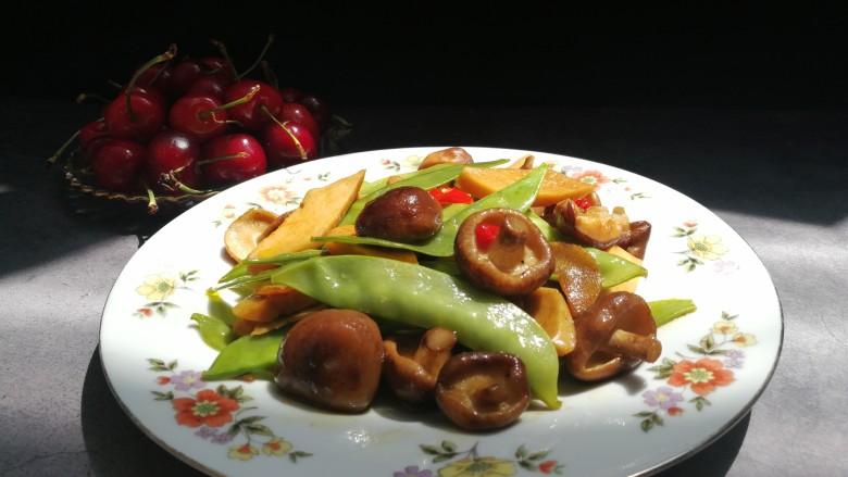 减脂系#香菇荷兰豆鸡肉肠#,色艳丽,味道鲜美,低热量,健康小炒。