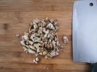 广式萝卜糕,猪油渣,切成丁,备用