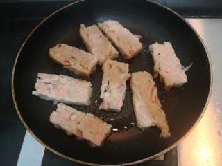 广式萝卜糕,把萝卜糕,平铺入锅中