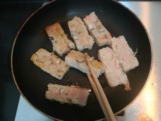 广式萝卜糕,把萝卜糕两面,煎至金黄后,关火