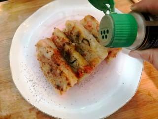 广式萝卜糕,盛盘,洒上黑胡椒粉