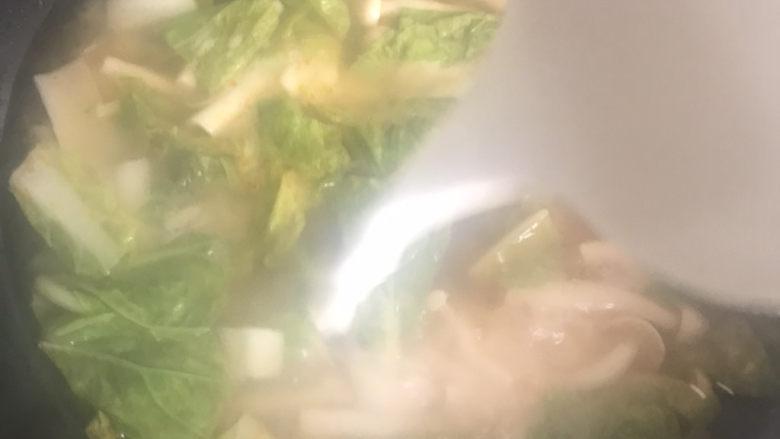 白玉菇鸡蛋汤,水再次烧开倒入淀粉水勾芡搅拌均匀盖上锅盖继续煮