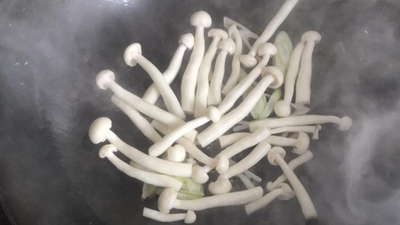 白玉菇鸡蛋汤,再下入白玉菇翻炒几下