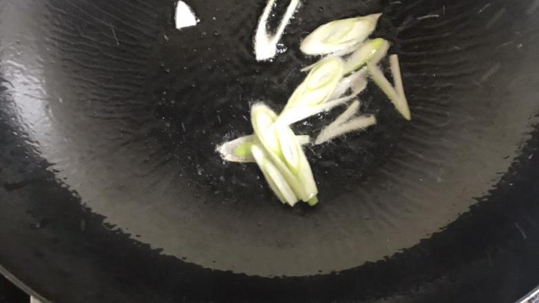 白玉菇鸡蛋汤,下入葱爆香