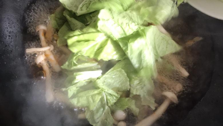 白玉菇鸡蛋汤,水开下入小白菜,搅拌均匀盖上盖子继续煮至水开