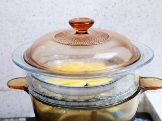 土豆泥沙拉三明治,土豆片放入盘中,放入蒸锅蒸熟