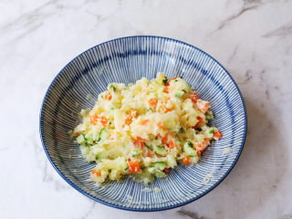 土豆泥沙拉三明治,拌匀备用
