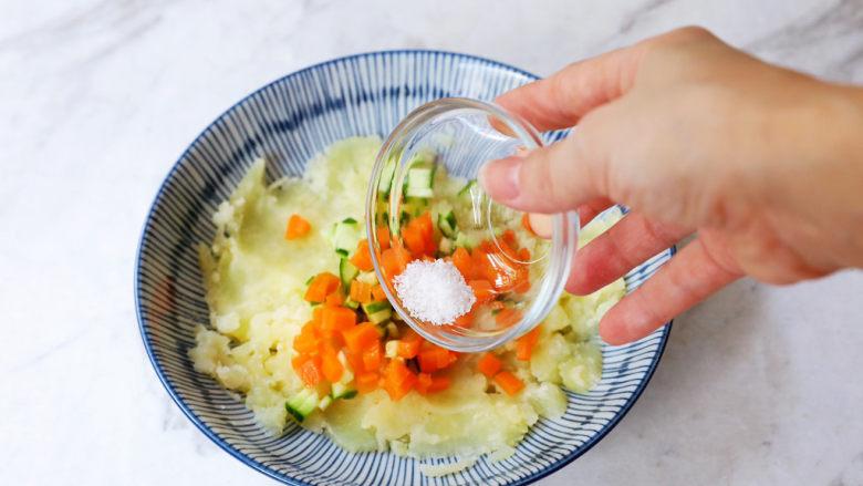 土豆泥沙拉三明治,加入盐